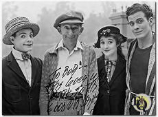 "Van links naar rechts Eddie Quillan met regisseur Larry Semon, Alice Day en Danny O'Shea. De acteurs waren te zien in ""Pass The Dumplings"" en ""The Plumber's Daughter"" (1926)."